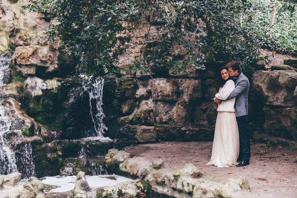 Shooting d'inspiration elopement aux Buttes-Chaumont Paris | Crédit © Coralie Florino | Blog mariage La Mariée Sous Les Etoiles