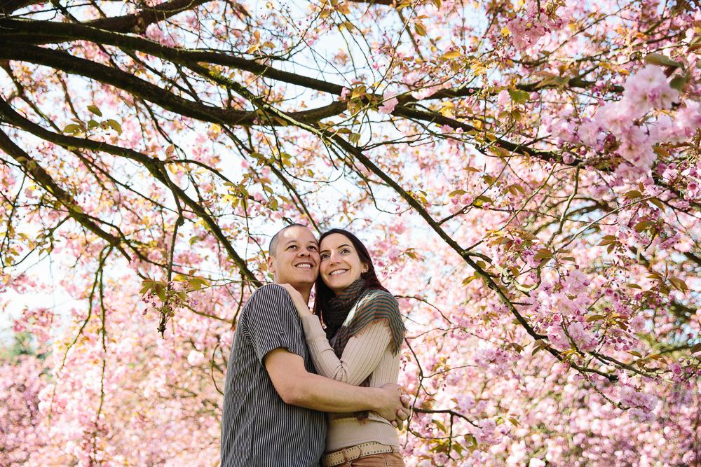 Amandine et Jean-Maurice - une séance engagement sous les cerisiers en fleurs | Axiane photographe | Blog mariage La Mariée Sous Les Etoiles
