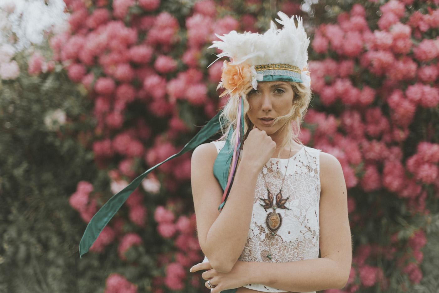 Shooting d'inspiration EVJF • A bohemian picnic over the rainbow | Crédit Marie Marry Me | Blog mariage La Mariée Sous Les Etoiles