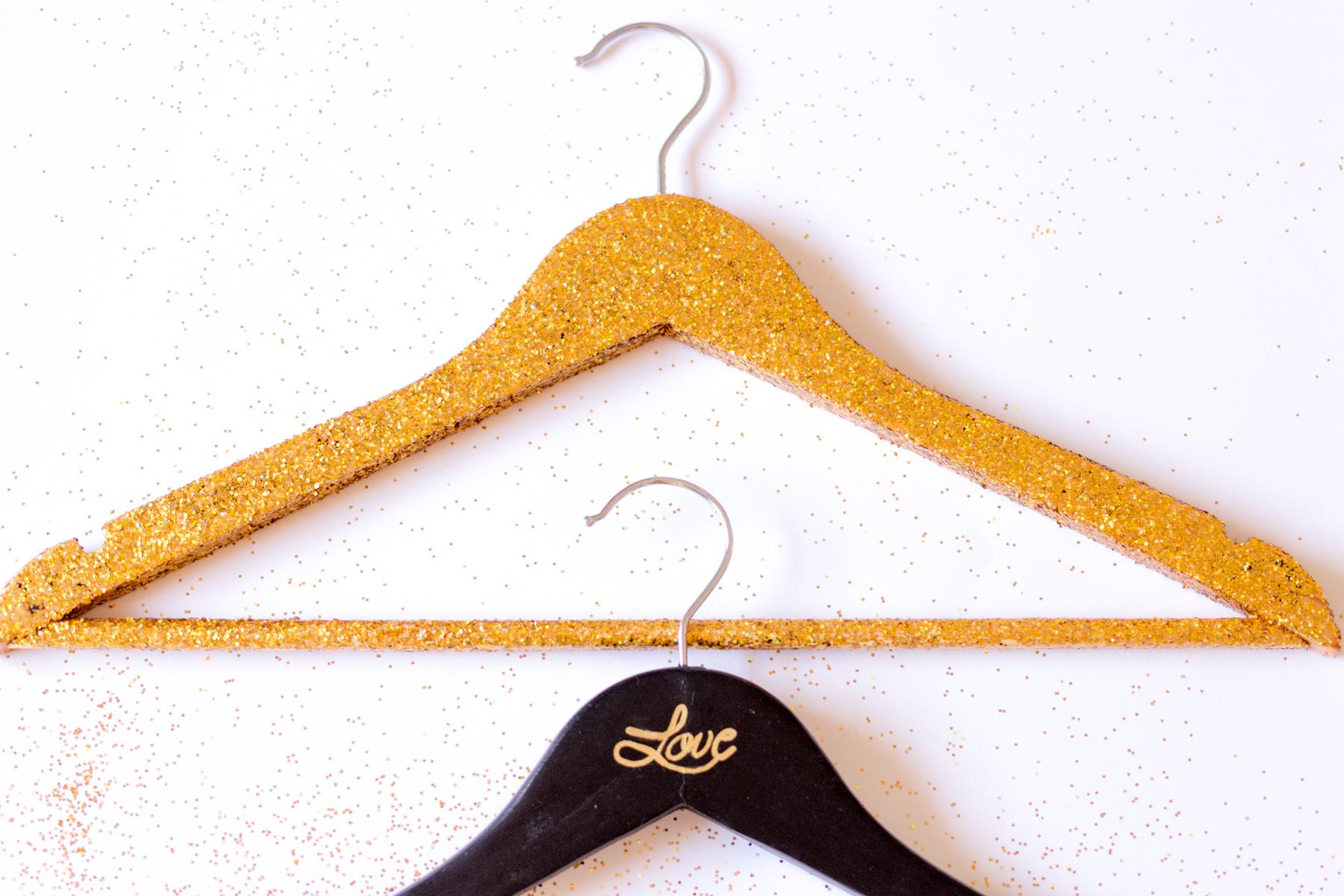 DIY Customiser un cintre personnalisé | Atelier Do It Yourself | Blog mariage La Mariée Sous Les Etoiles