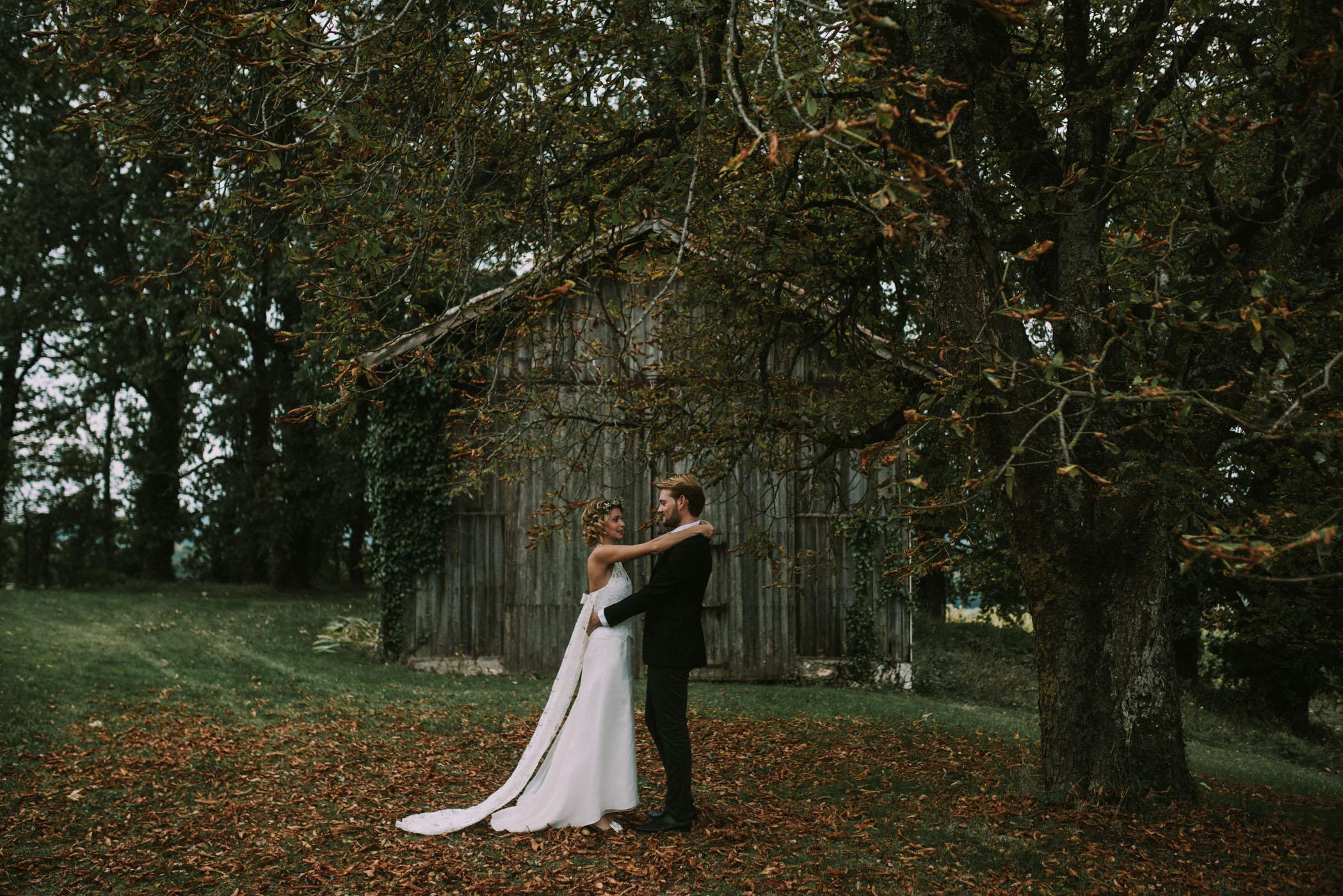 sun-drops-down-shooting-dinspiration-automnal-sous-les-bois-en-dordogne-blog-mariage-la-mariee-sous-les-etoiles-photo-mira-al-pajarito-56