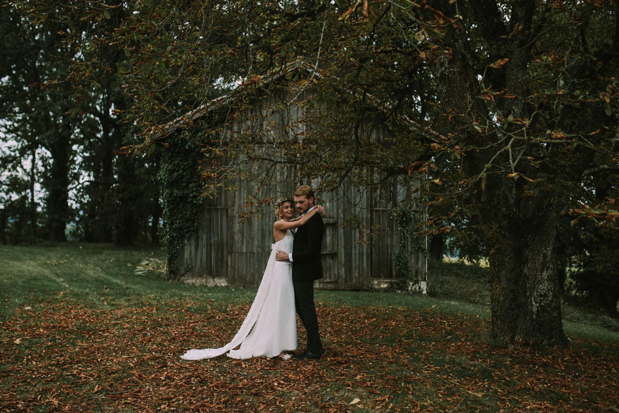 sun-drops-down-shooting-dinspiration-automnal-sous-les-bois-en-dordogne-blog-mariage-la-mariee-sous-les-etoiles-photo-mira-al-pajarito-57