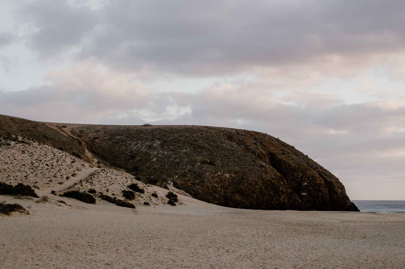Punta del Papagayo | Voyager en van aux Canaries | Découvrir Lanzarote en famille en mode slowlife | La mariée sous les étoiles