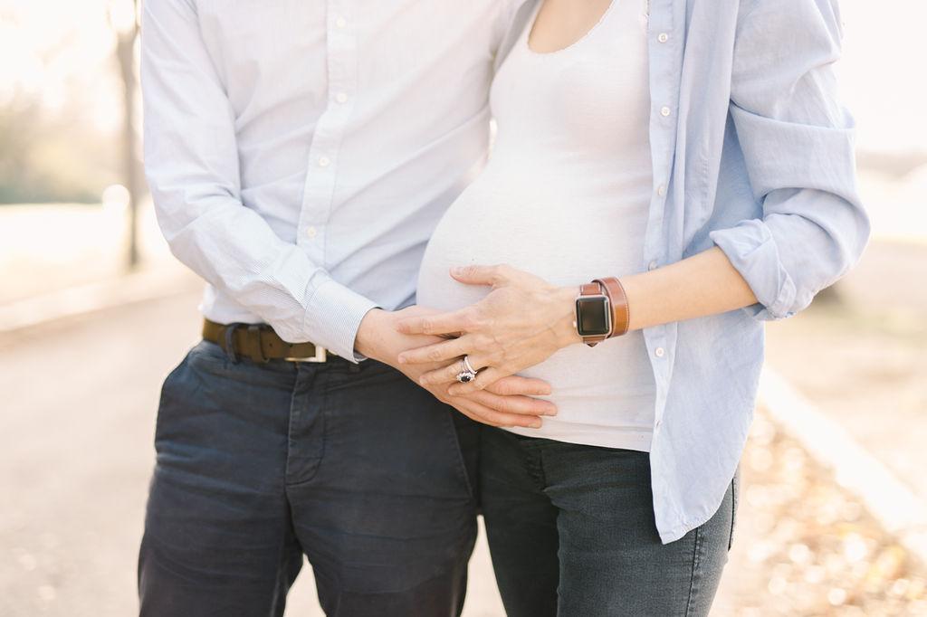 portrait de famille en mode séance grossesse | La Mariée Sous Les Etoiles | Jérémie Hkb Photographe