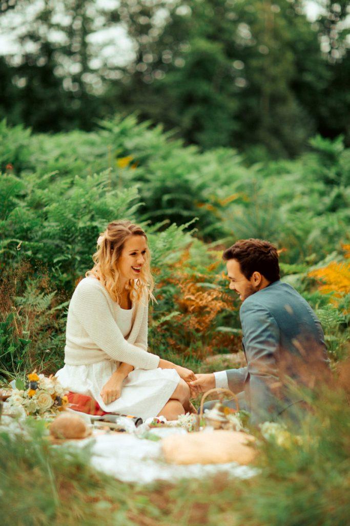 elopement intimiste et joyeux dans la nature