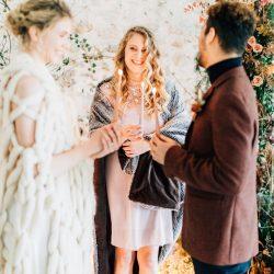 Comment écrire ses voeux de mariage | Magaly zarka - officiante de cérémonie laïque | Crédit Pierre Atelier | Blog mariage La Mariée Sous Les Etoiles